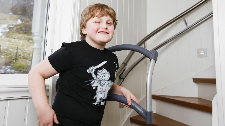 Gutt med CP kan endelig gå i trapp med trappehjelperen AssiStep
