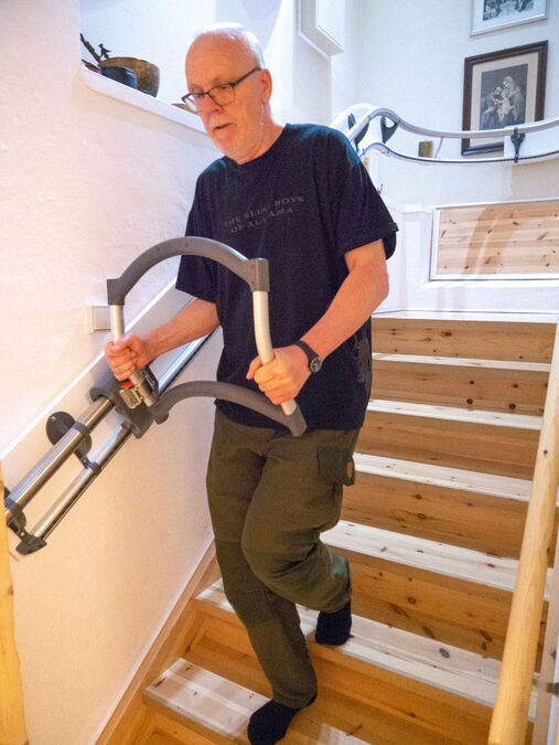 Jan Erik showing how to use the AssiStep stair aid when descending the stairs
